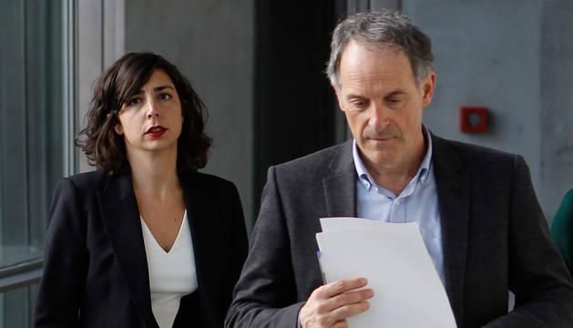 Laura Pérez (Podemos) y Adolfo Aráiz (EH Bildu), en los pasillos del Parlamento de Navarra.