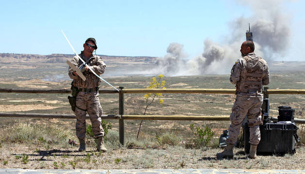 Imagen de una de las maniobras con fuego real en Bardenas.