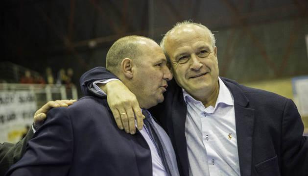 Ruiz abraza al actual técnico del Aspil José Lucas 'Pato' Mena