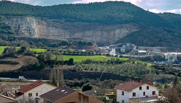 Una imagen de la  cantera de Bearin y del casco urbano de la localidad, concejo deYerri.