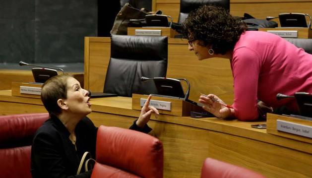 La presidenta Uxue Barkos conversa con la parlamentaria de Geroa Bai Isabel Aramburu en el pleno de ayer.