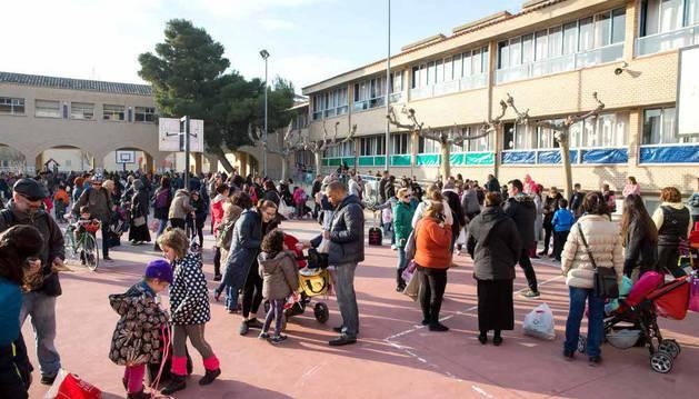 Familiares y alumnos en el colegio Elvira España de Tudela.