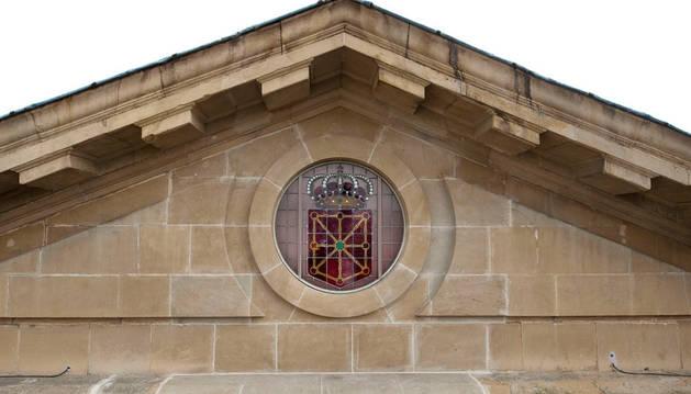 Vidriera con el escudo de Navarra, en la fachada principal del Palacio de Navarra.