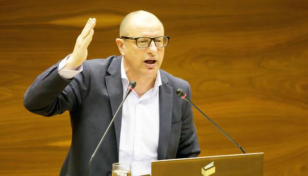 El socialista Carlos Gimeno, durante el pleno de este jueves.