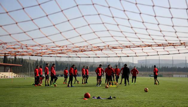 Los jugadores de Osasuna, ayer durante la sesión matinal de entrenamiento en Tajonar. Hubo otra por la tarde más centrada en los aspectos tácticos.