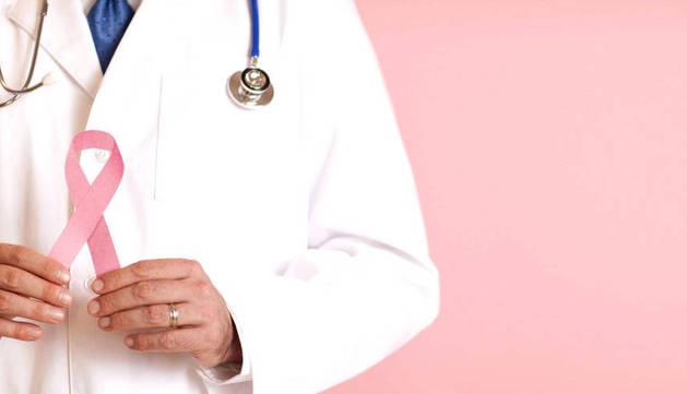 Un médico con el lazo rosa del cáncer de mama.