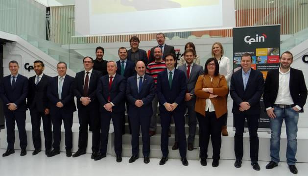 El vicepresidente de Navarra Manu Ayerdi y Pilar Irigoien, de CEIN, junto con representantes de las empresas patrocinadoras y colaboradoras.