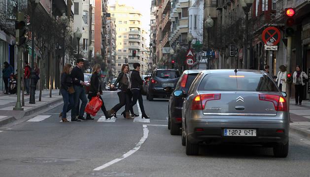 Varios peatones cruzan por un paso de cebra en la avda. de Zaragoza de Tudela.