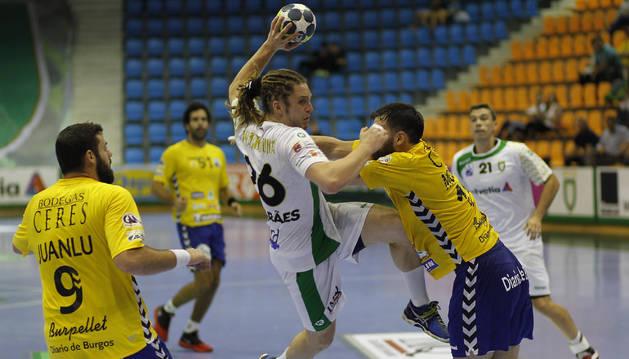 Foto del lateral brasileño del Helvetia, Oswaldo Maestro,  intenta avanzar ante la defensa en un partido anterior.