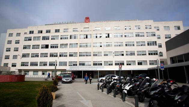 Aspecto exterior de la entrada principal del antiguo hospital materno infantil Virgen del Camino, en el Complejo Hospitalario de Navarra (CHN).