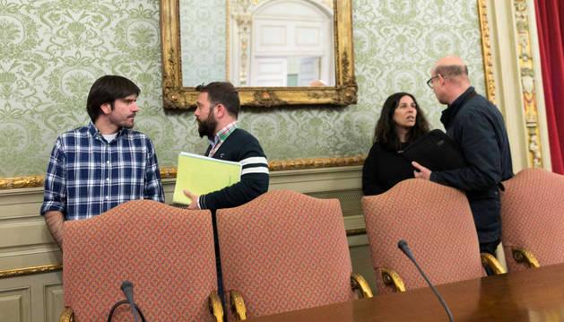El alcalde, Eneko Larrarte (izda.), habla con el portavoz de UPN, Carlos Moreno.