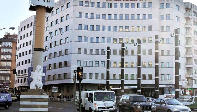 El edificio de la Tesorería de la Seguridad Social comparte fachada con la sede del Servicio Navarro de Salud.