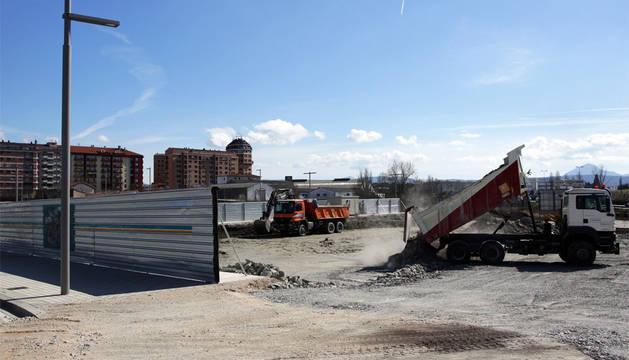Varias excavadoras trabajan ya esta semana en preparar los terrenos para la gasolinera.
