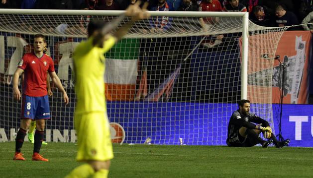 El meta de Osasuna Salvatore Sirigu se lamenta, sentado en el césped, de uno de los cuatro goles que marcó el Villarreal.
