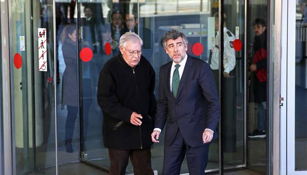 El exdirector administrativo del Palau de la Música, Jordi Montull (i), junto a su abogado Jordi Pina, tras la primera jornada del juicio por el expolio del Palau de la Música.