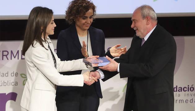 La reina Letizia, junto a la ministra de Sanidad y Servicios Sociales, Dolors Montserrat (c), entrega el Premio FEDER 2017 a Toda una Vida por la Enfermedades Raras a Ignacio Abaitua Fernández