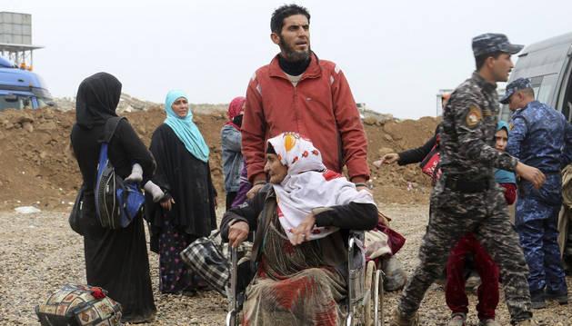 Una familia iraquí desplazada a un campo de refugiados debido al conflicto entre el Ejército de Irak y el Estado Islámico.