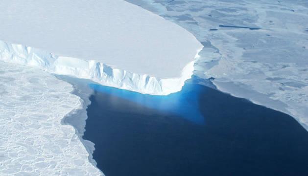 Imagen de la NASA del desprendimiento de un glaciar de la Antártida.
