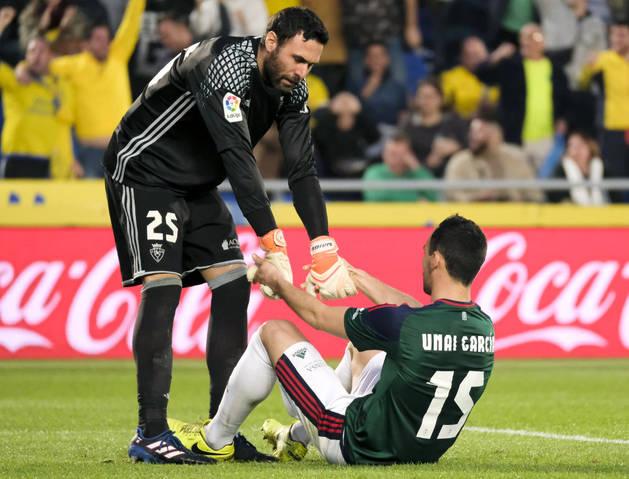 Imagen de Sirigu consolando a Unai García después del tanto en propia puerta. Es el tercero que se marca esta temporada el central navarro.