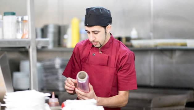 foto de un joven trabajador en una cocina