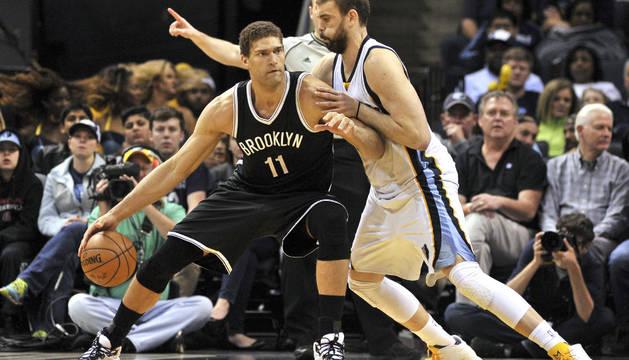Marc Gasol en una jugada contra Brook Lopez, de los Nets