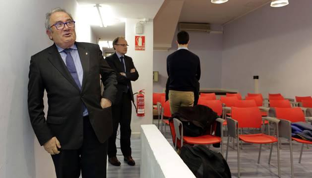 Luis Sabalza, baja de la planta noble del estadio y se dirige a la sala de prensa.