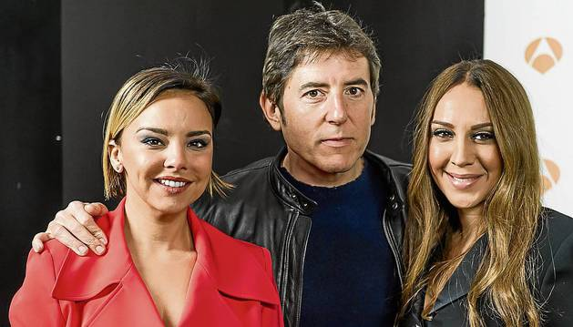 Chenoa y Mónica Naranjo, miembros del jurado, flanquean al presentador Manel Fuentes.
