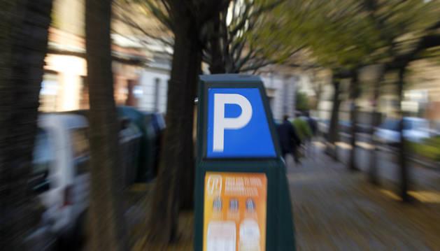 Un parquímetro de la Zona Azul en una calle de Pamplona.