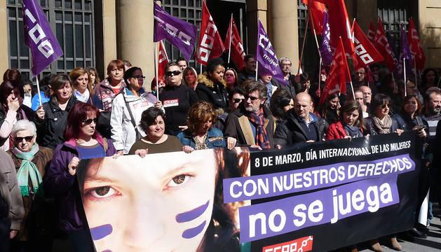 Un momento de la concentración en la sede de CC OO Navarra con motivo del Día Internacional de la Mujer.