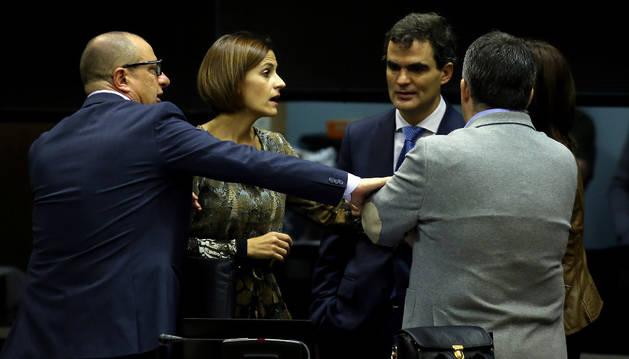 Imagen de la socialista María Chivite, hablando con parlamentarios de su grupo, antes de un pleno.