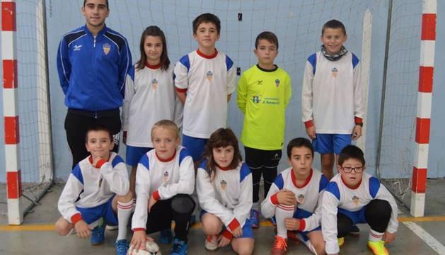 El equipo de 10-11 años del C.D. Ilumberri. Santi Alvarado Bravo, agachado y primero desde la dcha.