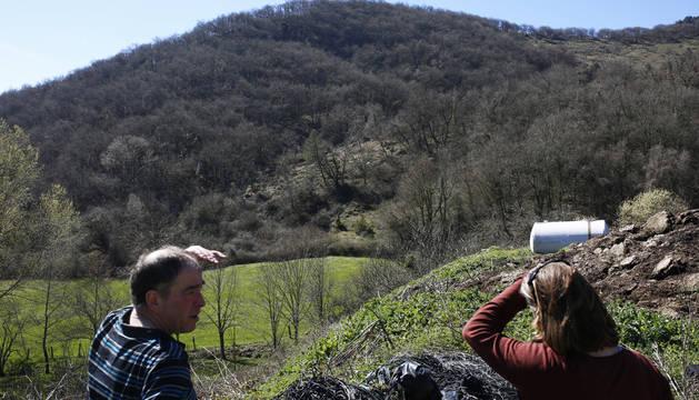 Al fondo la tierra desprendida en la ladera del monte Muskako, en Usi.