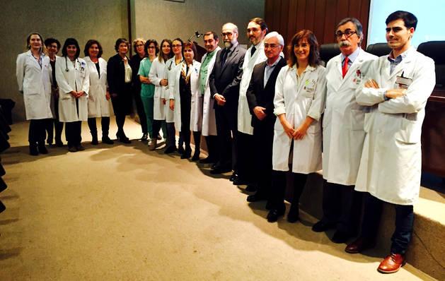 Imagen del consejero Fernando Domínguez y el gerente del SNS, Oscar Moracho, con los responsables del Área de Salud de Tudela y profesionales de la unidad de Ortogeriatría.