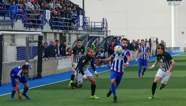Pito controla la pelota con el pecho ante la atenta mirada de varios jugadores del Burgos.