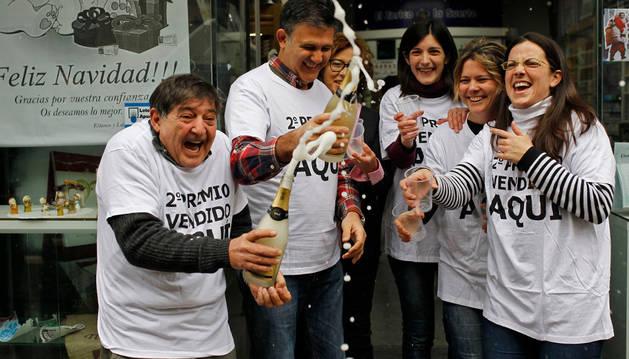 Agustín y Antonio Moreno Montaño celebrando el 2º premio de la Lotería de Navidad vendido en 2016 en su estanco.