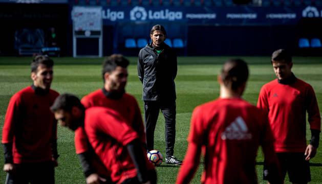 Vasiljevic supervisa el entrenamiento de Osasuna, que se realizó ayer a puerta cerrada en el estadio de El Sadar.