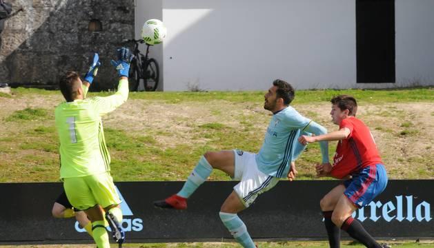 Álvaro Fernández (Osasuna Promesas) atrapa un balón rematado por Borja Iglesias (Celta B) durante el encuentro de ayer.