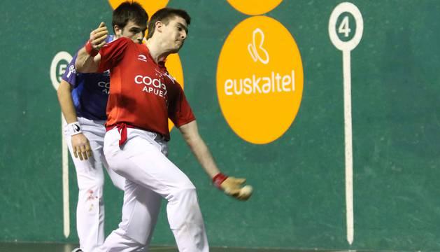 Iker Irribarria golpea a una pelota en presencia de Danel Elezkano durante el partido de ayer en el Astelena eibarrés.