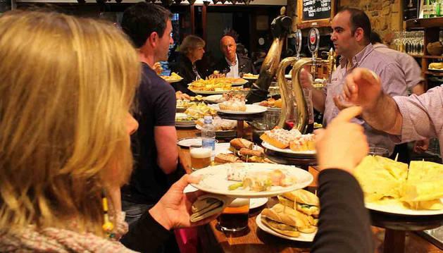 La hostelería asume que los 'simpa' forman parte del negocio y que evitar al 100%  la picaresca es difícil. En la imagen de un bar  de Sevilla.