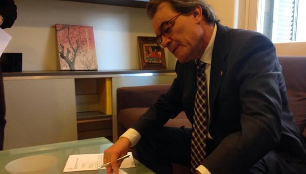 Foto de Artur Mas firma la notificación de la sentencia del TSJC.