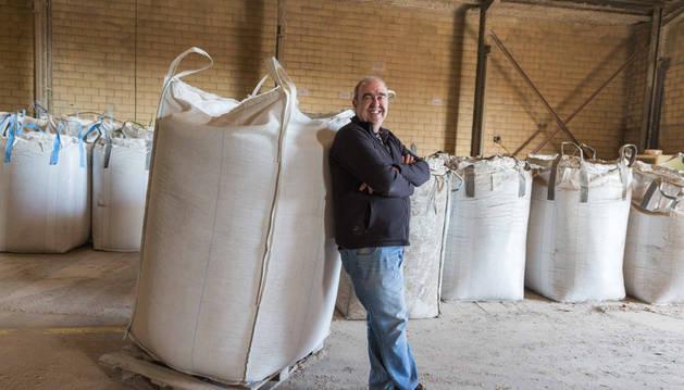 Javier Pardo López, gerente de la empresa Biopar Tudela, posa entre sacos de pellet en el interior de la nave que posee en el Polígono Industrial Municipal de la capital ribera.
