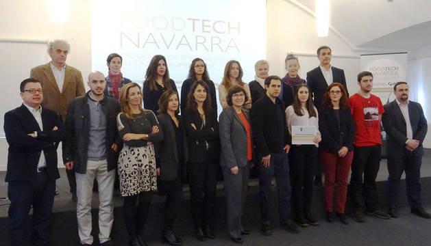 foto de Los y promotores de los proyectos finalistas junto con las y los miembros del jurado.
