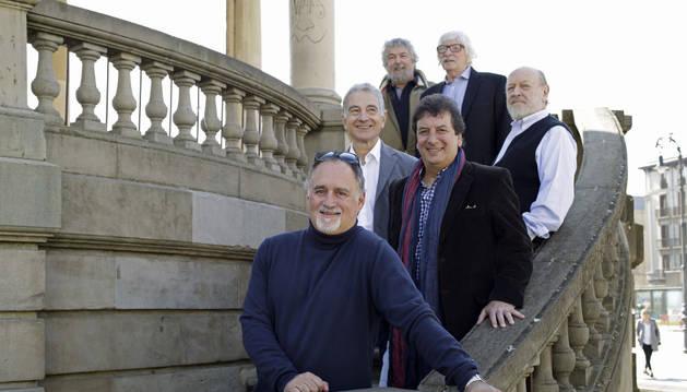 Los integrantes del grupo Les Luthier, en la plaza del Castillo de Pamplona.