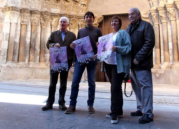 De izquierda a derecha, Luis Durán, Diego Carasusán y Blanca Aldanondo, promotores del libro sobre este monumento, junto a Jesús Marquina Arellano, que leyó el pregón el año pasado.