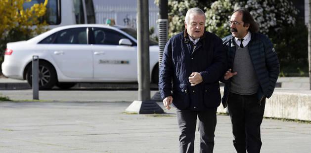 Patxi Izco, dirigiéndose ayer a declarar al Palacio de Justicia en compañía de su abogado, Javier Asiáin.