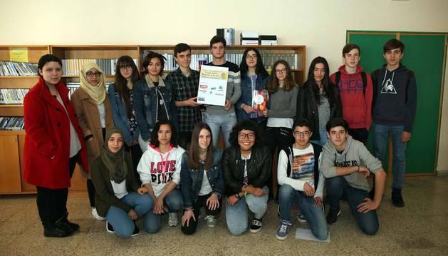 Un grupo de alumnos posa con la obra ganadora del I Premio de Novela organizado por el IES Benjamín de Tudela.