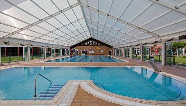 Foto de la vista de la piscina de Orkoien, con una cubierta móvil que presentó problemas.