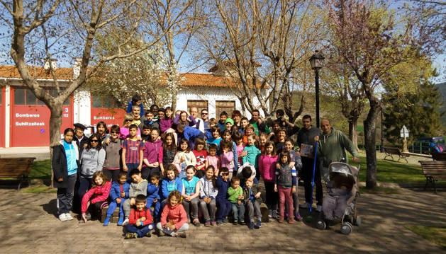 La juventud dio fuerza a la edición de ayer del Día del árbol de Aoiz, celebrada en una soleada mañana.