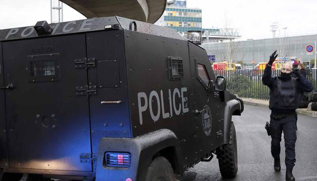 El aeropuerto de Orly de Paris ha sido evacuado esta mañana después de que un hombre fuese abatido por varios agentes de seguridad por arrebatar al arma a un soldado.