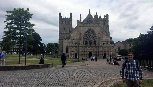 David Osuna Ruiz posa ante la catedral de la ciudad en la que vive, Exeter. Es la capital del condado de Devon, en el suroeste de Inglaterra.